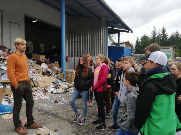 Pan Šimoník seznamuje žáky se zpracováním odpadu na třídících linkách.