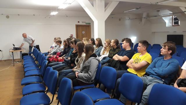 Třída 3.A v Debatních  trámech Sladovny na přednášce o Elektroenergii