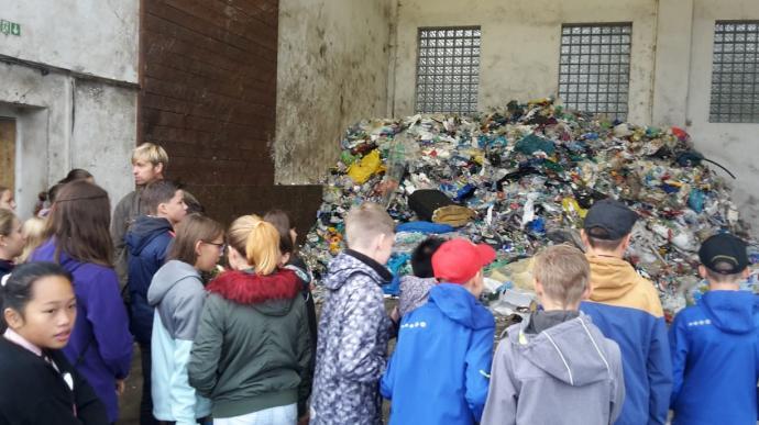 Žáci a hromada plastu. Dá se recyklovat nebo ne?